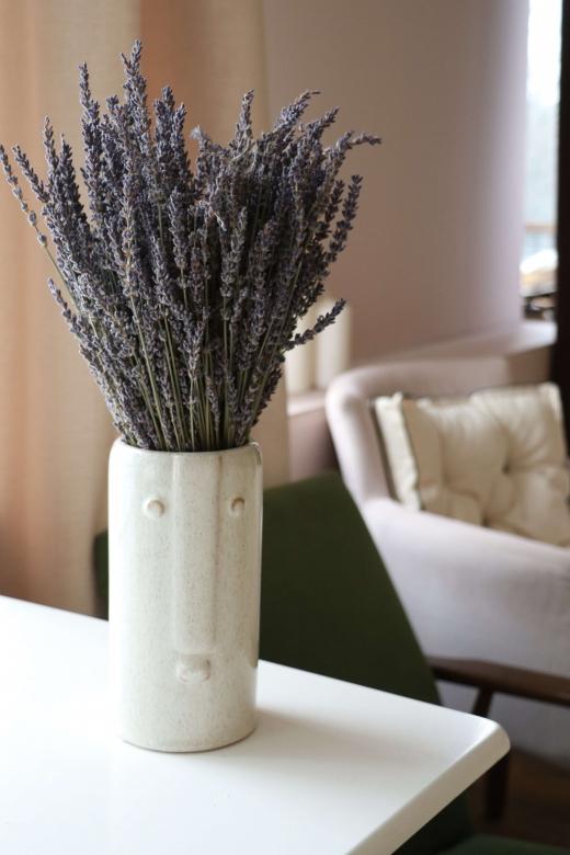 Лаванда в керамической вазе